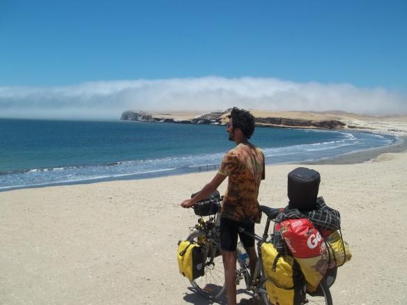 Gran playa y barrancas con nubes bajas a lo lejos. No serán de lluvia, seguro. Da como pa pararse y admirar la obra ¿no?